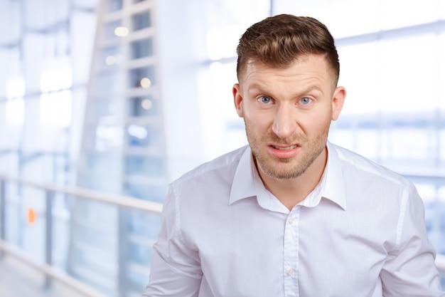 Retrato de hombre joven enojado