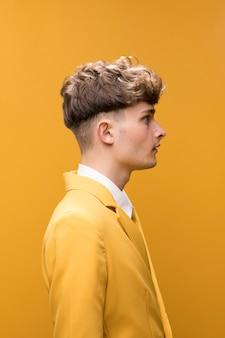 Retrato de un hombre joven en un escenario amarillo