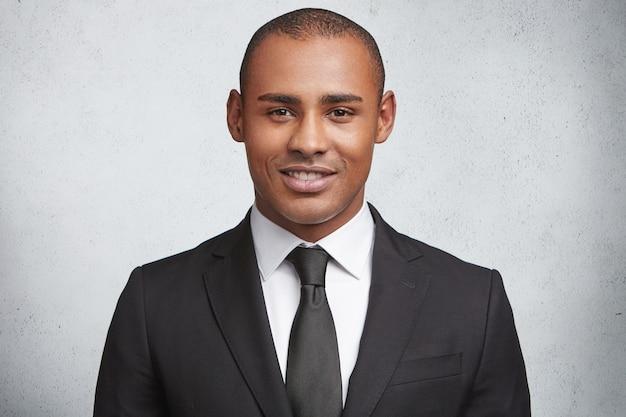 Retrato de hombre joven expresivo vistiendo traje formal