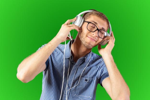 Retrato de hombre joven guapo escuchando música