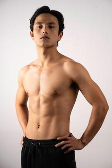 Retrato de hombre joven guapo con piel y músculos limpios