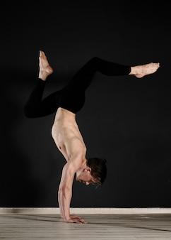 Retrato de hombre joven haciendo ejercicio