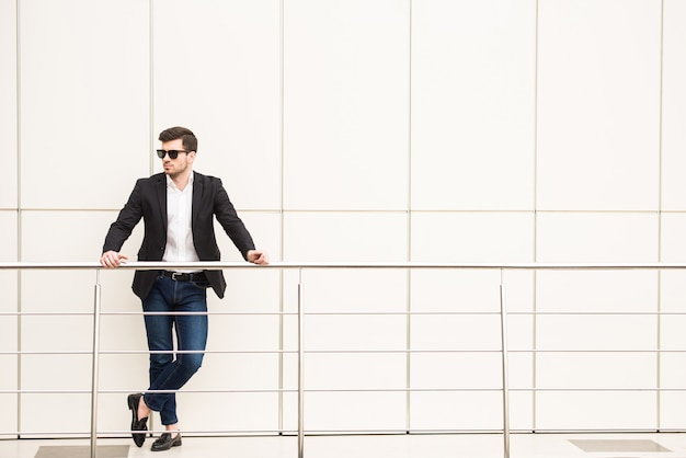Retrato de hombre joven de moda con gafas negras.