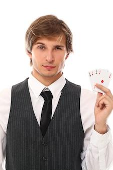 Retrato de hombre joven mostrando cartas de póker