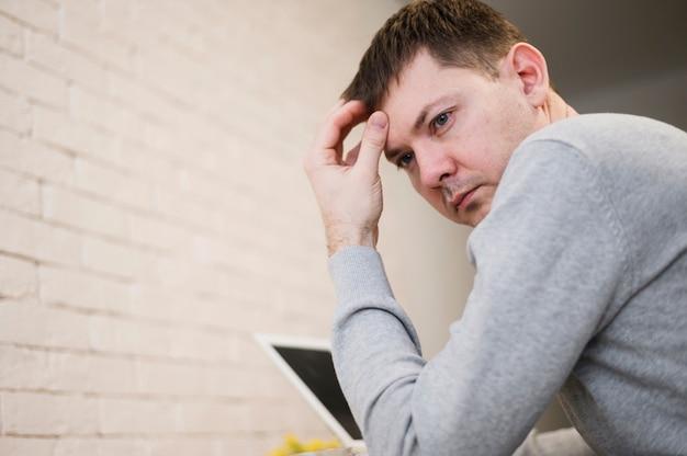 Retrato de hombre joven pensando en proyecto