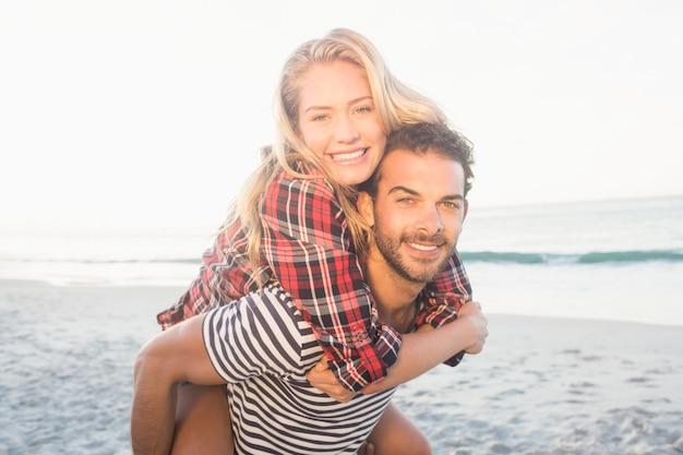 Retrato de un hombre joven que lleva a cuestas a una mujer hermosa