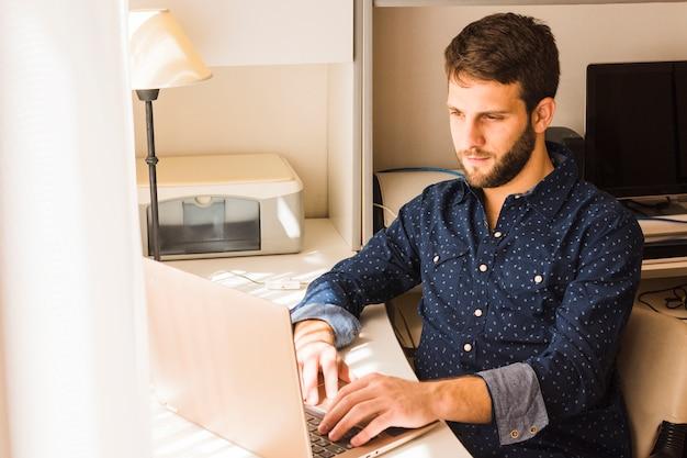 Retrato de un hombre joven que usa la tableta digital
