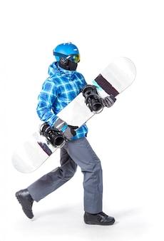 Retrato de hombre joven en ropa deportiva con snowboard aislado en blanco