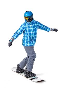 Retrato de hombre joven en ropa deportiva con snowboard aislado en un fondo blanco.