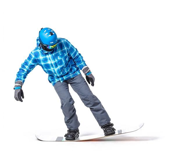 Retrato de hombre joven en ropa deportiva con tabla de snowboard