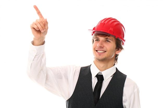 Retrato de hombre joven trabajador con casco industrial