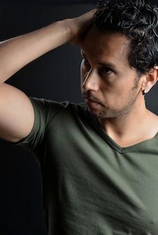 Retrato de hombre latino tocando el pelo