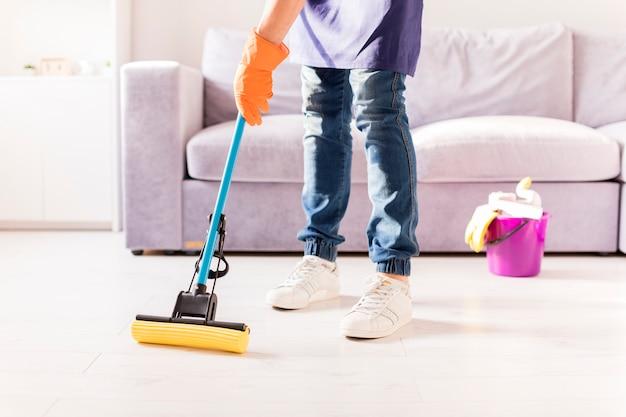 Retrato de hombre limpiando su casa | Foto Gratis
