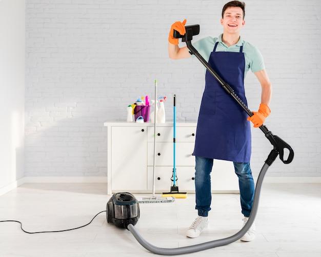 Retrato de hombre limpiando su casa