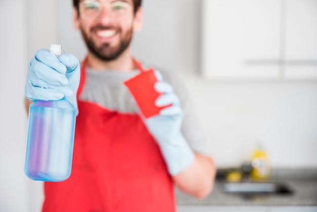 Retrato de hombre limpiando