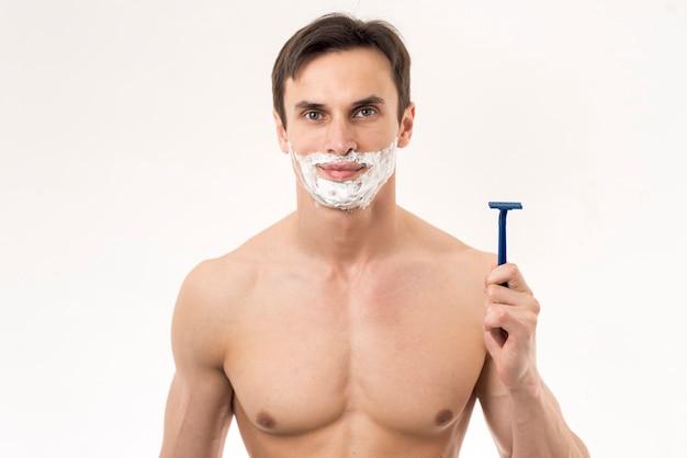 Retrato de un hombre listo para afeitarse.
