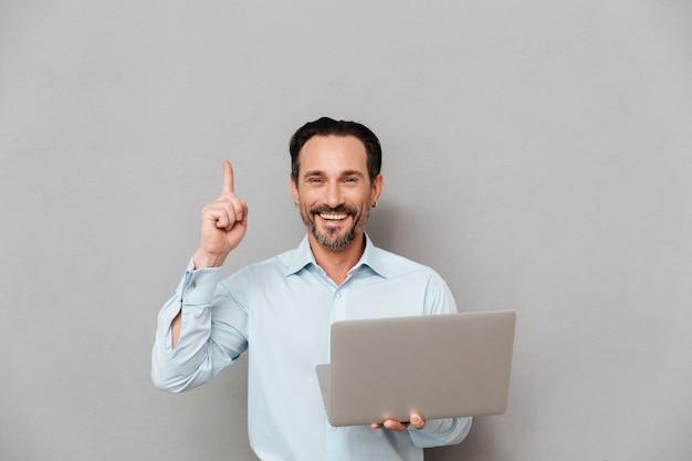 Retrato de un hombre maduro alegre vestido con camisa