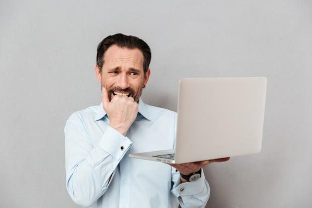 Retrato de un hombre maduro asustado vestido con camisa
