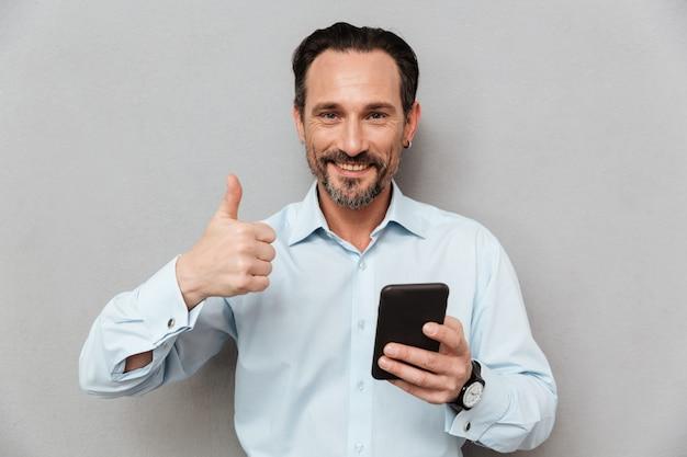 Retrato de un hombre maduro feliz vestido con camisa