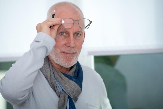 Retrato de hombre maduro con gafas