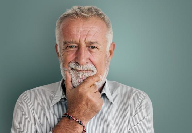 Retrato de hombre mayor barbudo