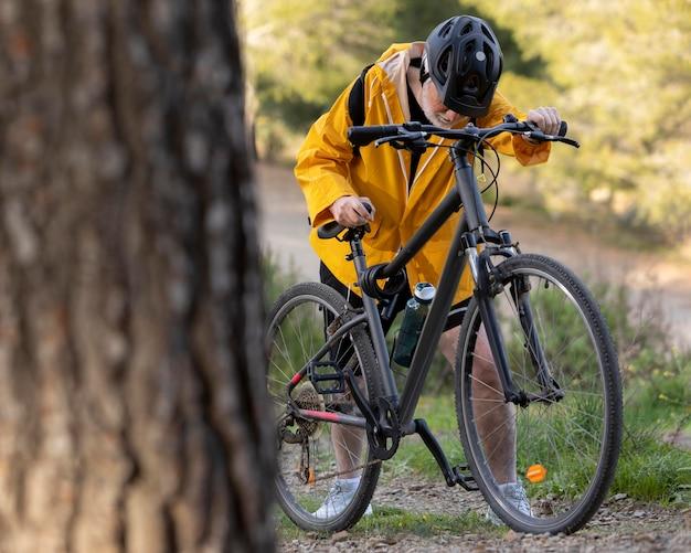 Retrato, hombre mayor, con, bicicleta, en, montaña