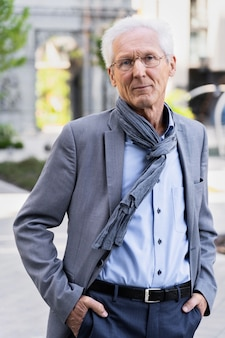 Retrato de hombre mayor casual en la ciudad