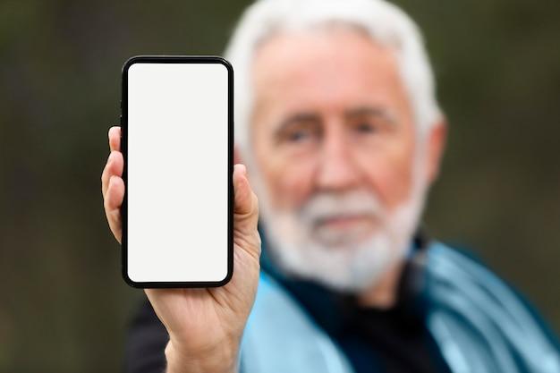 Retrato, hombre mayor, jogging, en, montaña