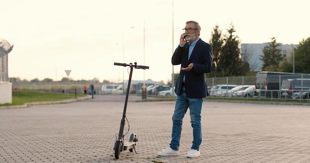 Retrato, hombre mayor, con, patineta eléctrica
