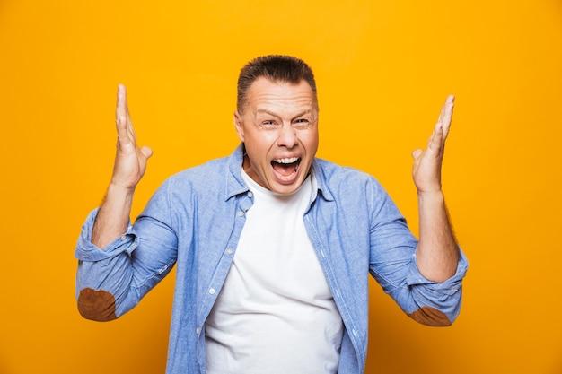 Retrato de un hombre de mediana edad emocionado celebrando