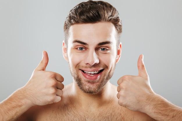 Retrato de un hombre medio desnudo feliz de cerca