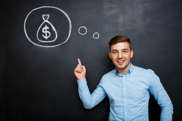 Retrato de hombre con mentalidad apuntando en su mente sobre el dinero