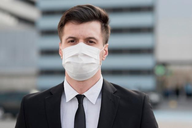 Retrato hombre moderno con máscara
