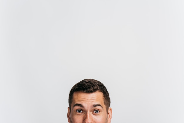 Retrato de hombre mostrando solo su rostro