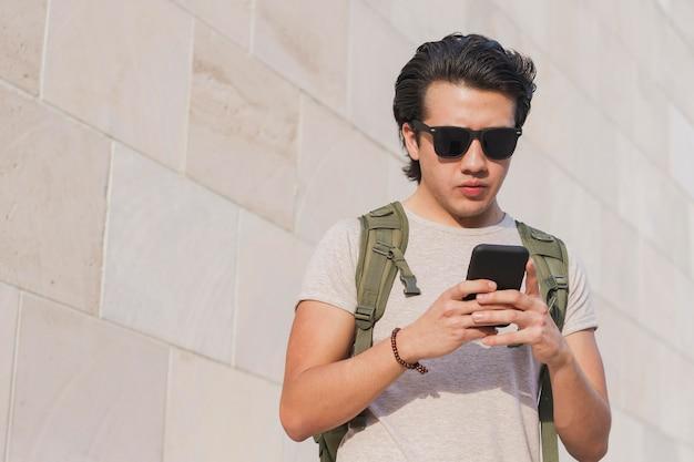 Retrato hombre con móvil