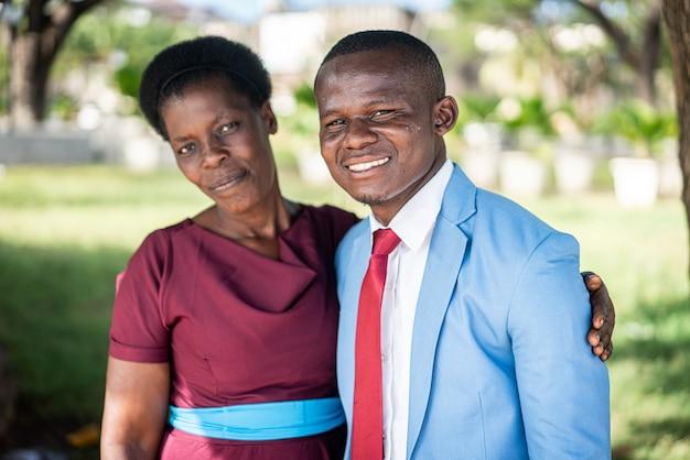 Retrato de hombre y mujer africana negra con amor
