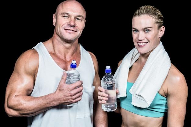 Retrato de hombre y mujer de atleta confía con botella de agua