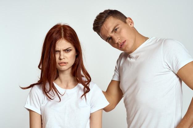 Retrato de hombre y mujer en camisetas blancas
