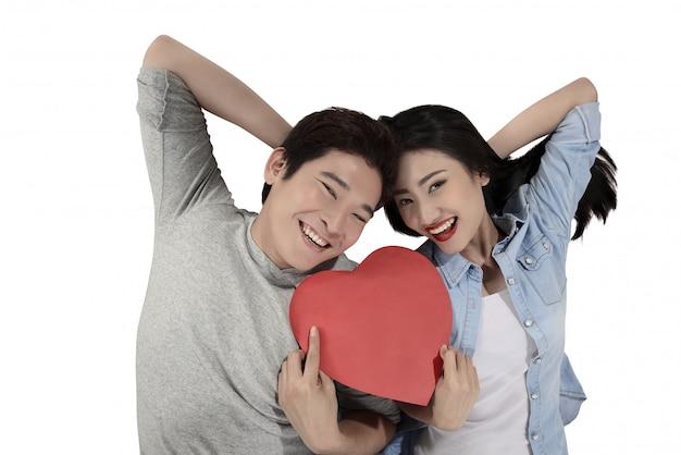 Retrato de hombre y mujer con corazón rojo