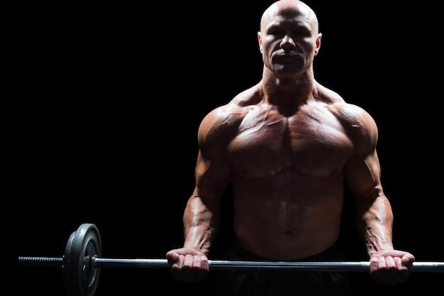 Retrato de hombre musculoso crossfit de elevación