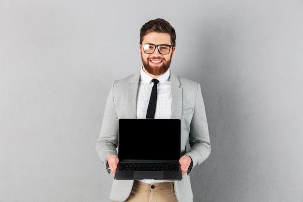 Retrato de un hombre de negocios alegre vestido con traje
