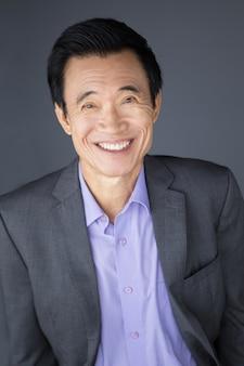 Retrato de hombre de negocios de asia-envejecido medio feliz
