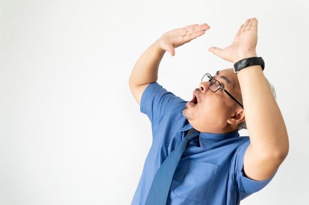 Retrato hombre de negocios asiático confiado con gafas y camisa de manga corta
