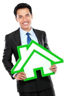 Retrato de hombre de negocios con cartel de la casa