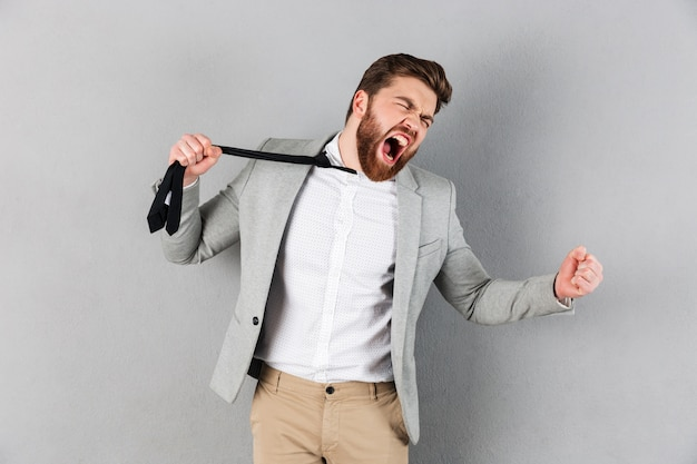 Retrato de un hombre de negocios enojado vestido con traje