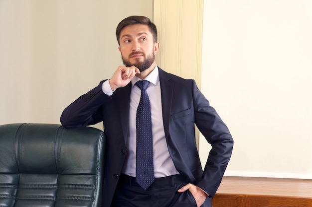 Retrato de hombre de negocios exitoso en la oficina