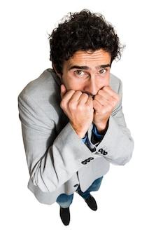 Retrato de un hombre de negocios con una expresión facial asustada divertida