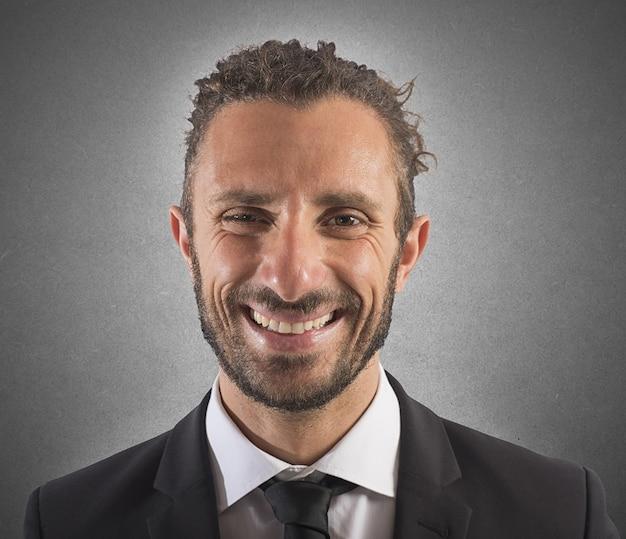 Retrato de hombre de negocios feliz con expresión sonriente