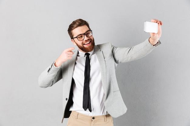 Retrato de un hombre de negocios feliz vestido con traje