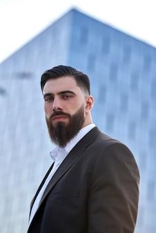 Retrato de un hombre de negocios frente a edificios corporativos